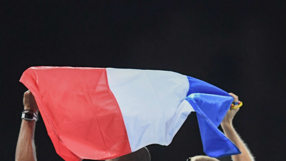 Dos deportistas, con la bandera francesa