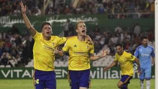 Iván Alejo y Álex celebran el tanto conseguido por este último.