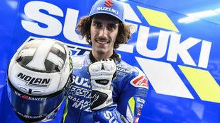 Álex Rins, con su casco y guante especial.
