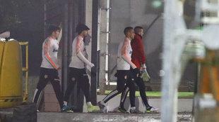 Los jugadores del Valencia arrancan el entrenamiento vespertino.