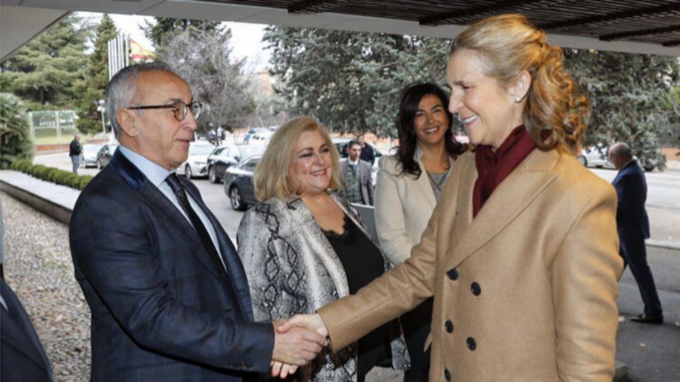 Alejandro Blanco saluda a la Infanta Elena.