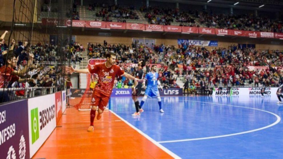 Paradynski (25) celebra un gol anotado en el último derbi murciano.