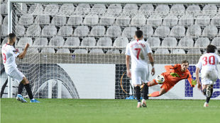 Imagen del penalti fallado por Dabbur (27) frente al Nicosia.
