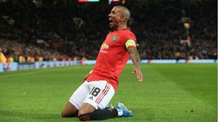 Young festeja su tanto con el United.