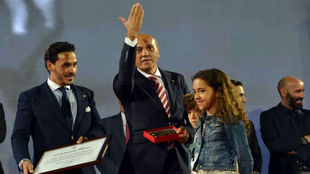José María del Nido recoge un galardón a sus 60 años como socio.