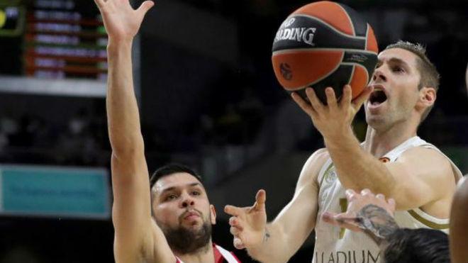 Fabien Causeur intenta anotar una bandeja ante la defensa de Papanikolaou