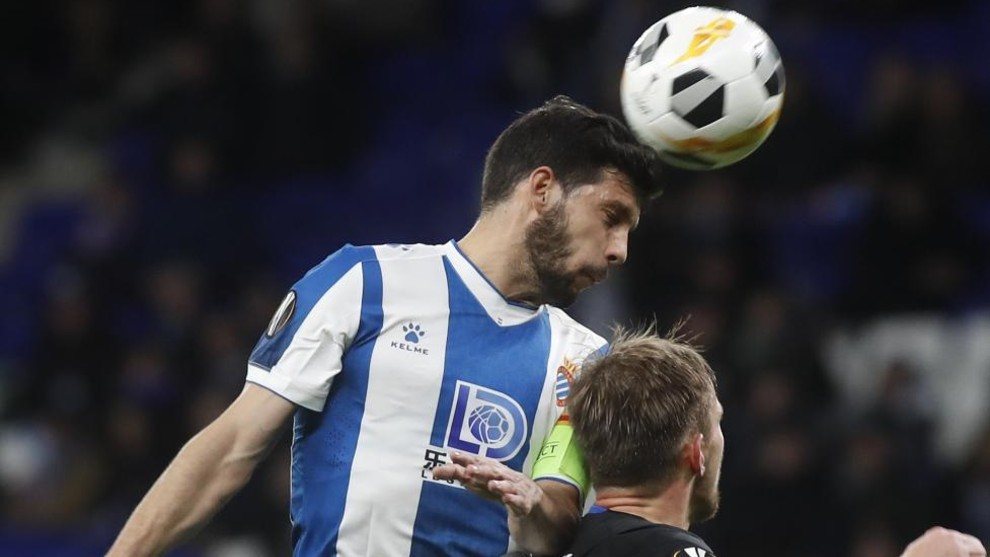Javi López golpea de cabeza.