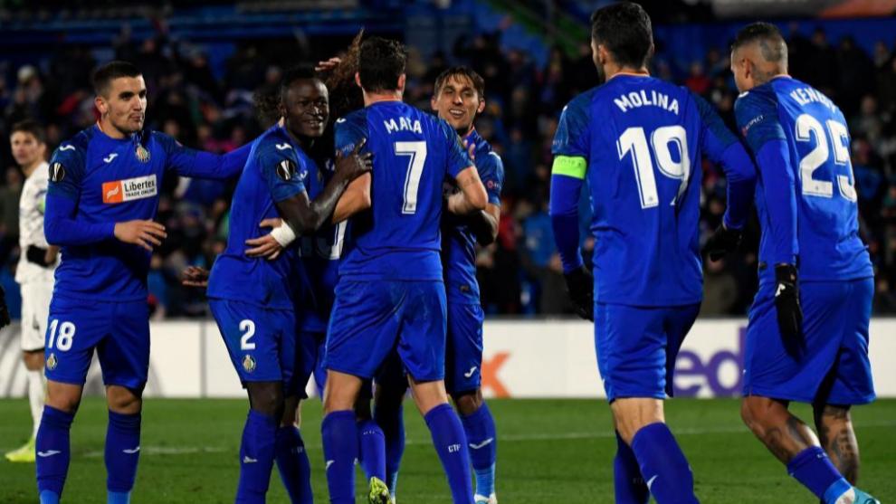 Los futbolistas del Getafe celebran uno de los tantos del partido.