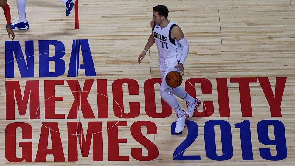 Luka Doncic bota el balón en el partido ante los Pistons disputado en México