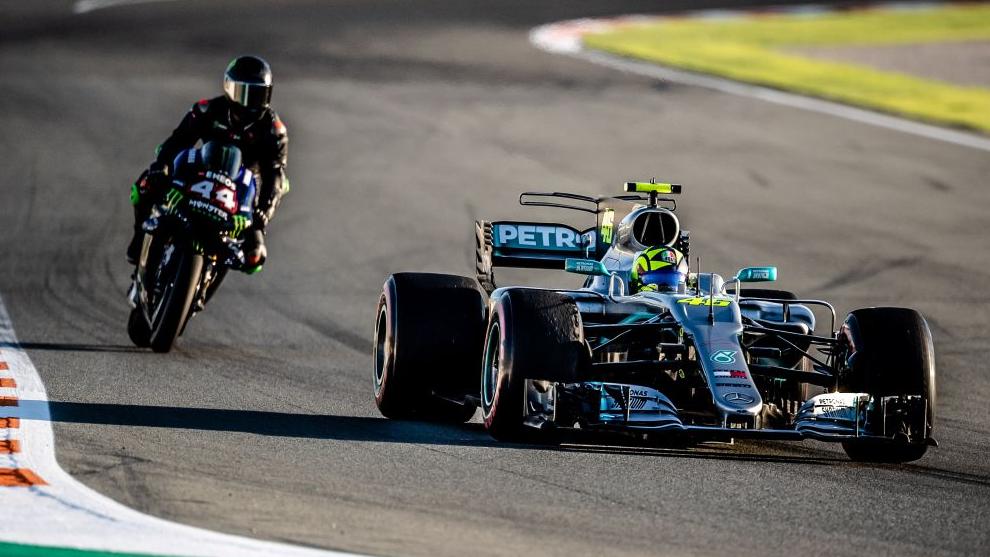 Lewis Hamilton con la Yamaha y Rossi con el Mercedes, en Cheste.