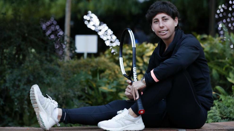 Carla posa con una raqueta Wilson en el Tenis Barcino