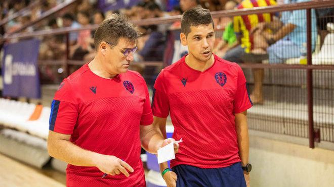 Diego Ríos, junto a uno de sus ayudantes.