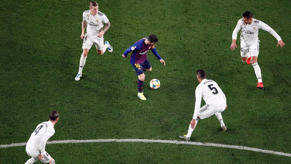 Messi, rodeado de Casemiro, Varane, Kroos y Sergio Ramos.