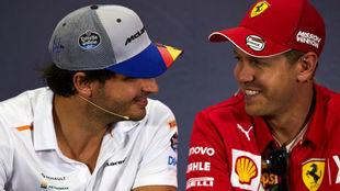 Sainz charla con Vettel durante el pasado GP de España.