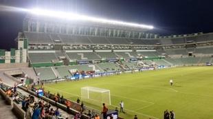 El estadio luce con poco público