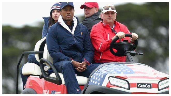 Tiger Woods sigue desde el buggy uno de los partidos del sábado.
