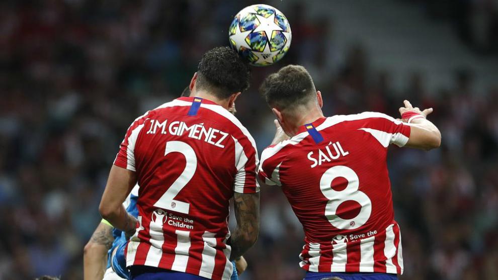 Giménez y Saúl pugnan por un balón en un partido con el Atlético...