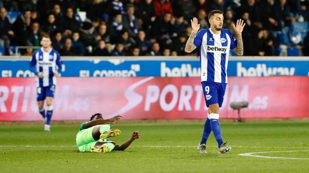 Chidozie Awazi cae al suelo junto a Joselu en el Alavés-Leganés