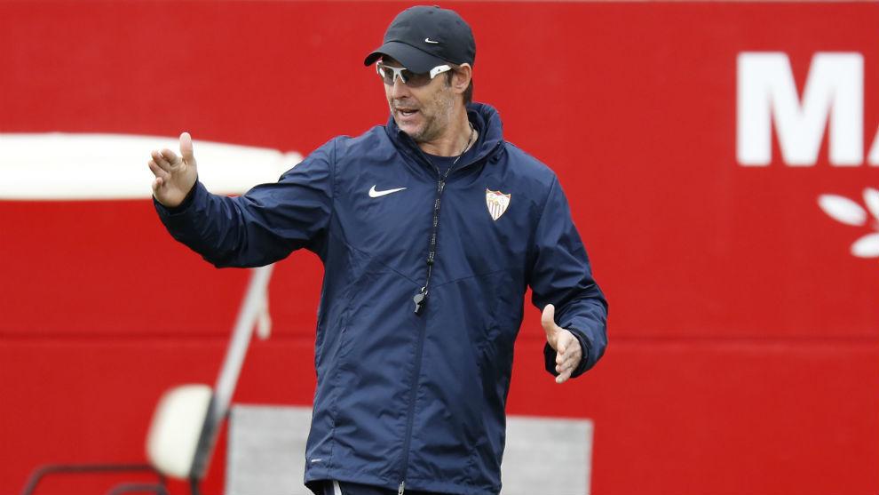 Lopetegui (53) da instrucciones en el entrenamiento del Sevilla.