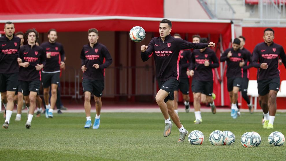 Reguilón (22) se dispone a controlar el balón en el entrenamiento.