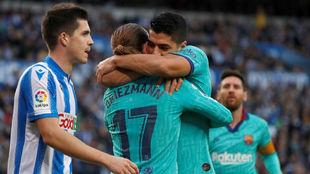 Luis Suárez abraza a Griezmann
