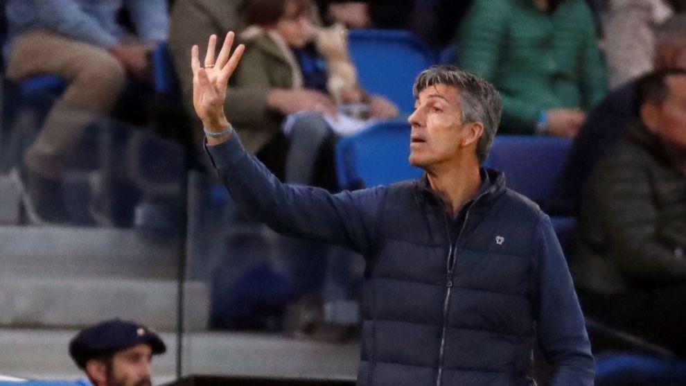 Imanol da una consigna durante el partido contra el Barcelona.