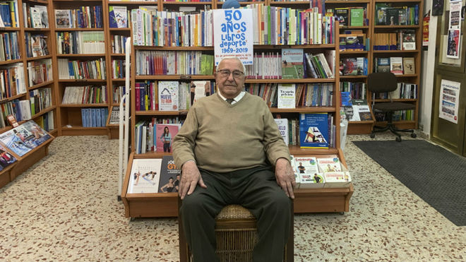 Esteban Sanz posa para MARCA en su librería.