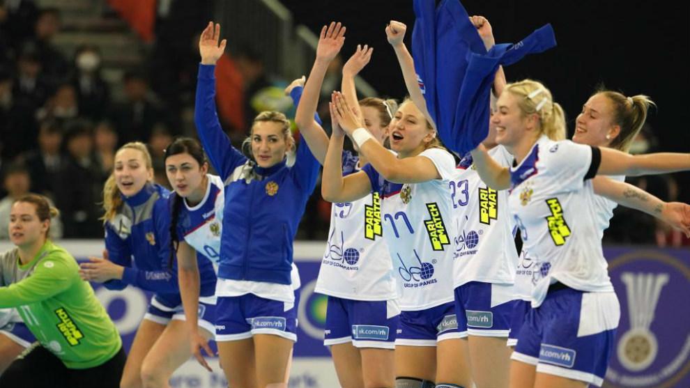 La selección de Rusia celebra su triunfo ante España en el partido...