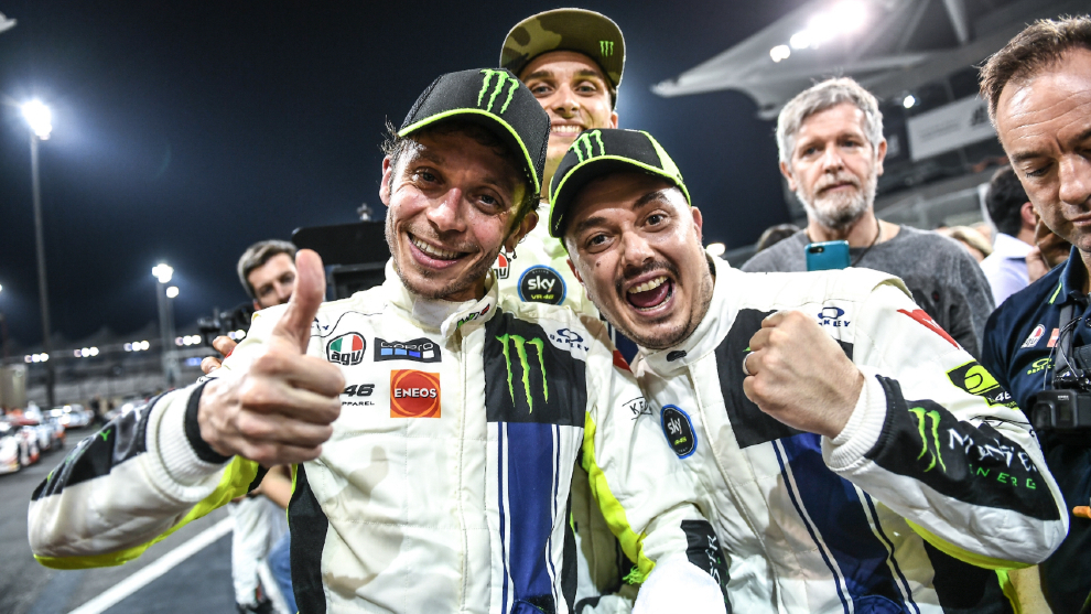 Valentino Rossi y su equipo celebran la victoria.