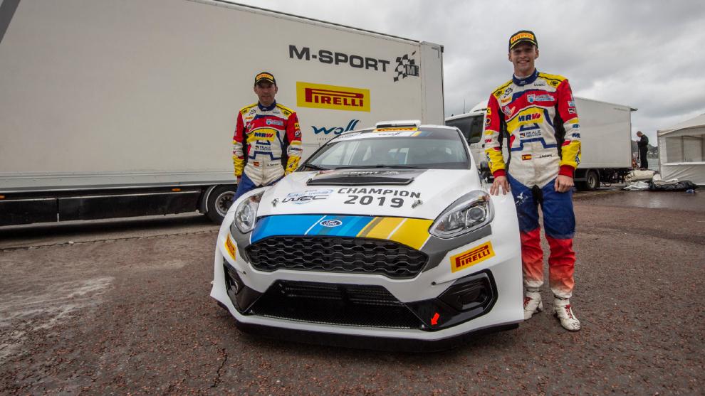 El catalán y su copiloto, Mauro Barreiro, junto a una unidad del...