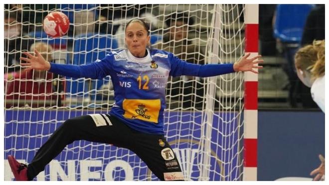 Silvia Navarro intenta atajar un balón en el Mundial /