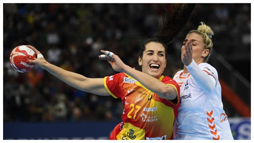 Lara González realiza un lanzamiento en la final /