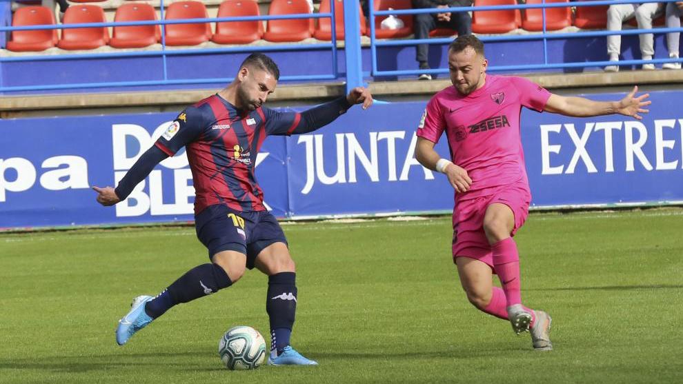 Kike Márquez y K. Bare luchando un balón