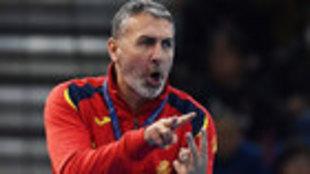 Carlos Viver da instrucciones a sus jugadoras