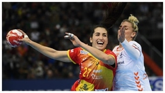 Lara González realiza un lanzamiento en la final