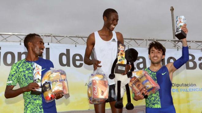 Fernando Carro levanta el trofeo conseguido por su tercer puesto en...