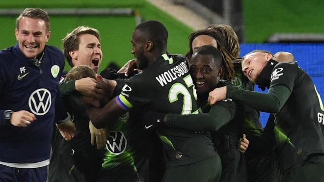 Los jugadores del Wolfsburgo celebran el gol de Arnold.