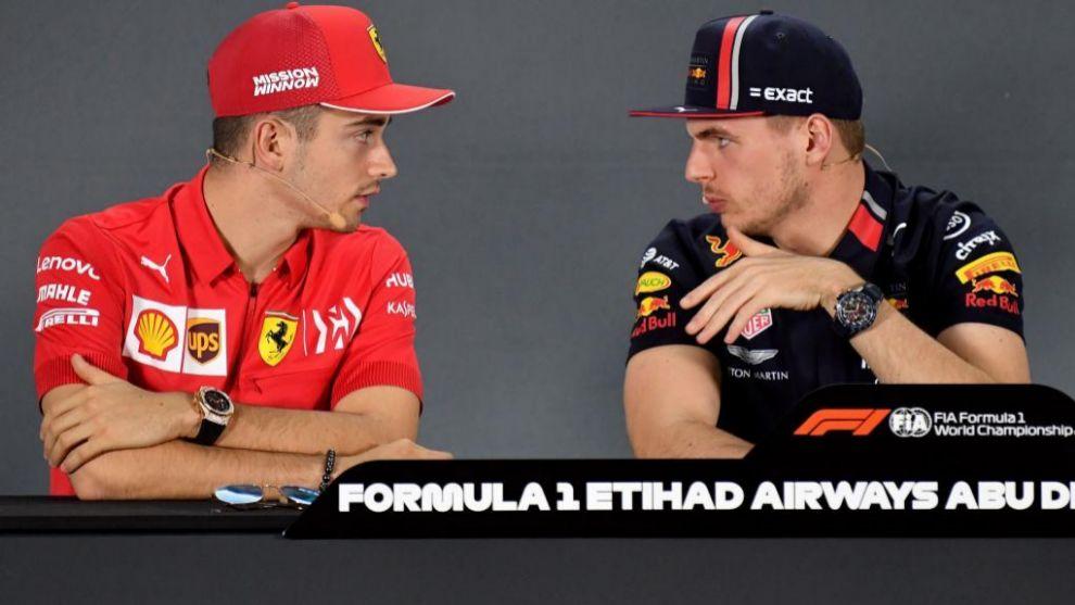Leclerc y Verstappen, durante la última prueba de la temporada en Abu...