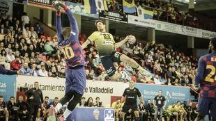 Rodrigo Salinas se eleva ante Sorhaindo para lanzar /