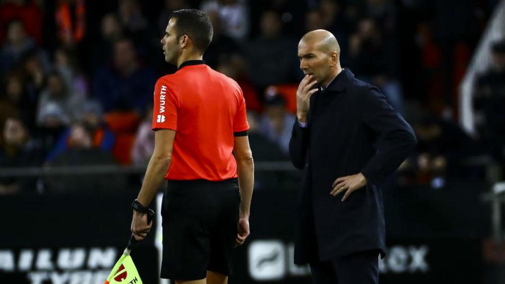 Zidane, pensativo durante el partido ante el Valencia.