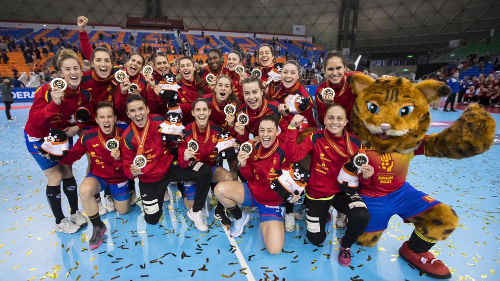 Las jugadoras de la selección española celebran la plata en el...