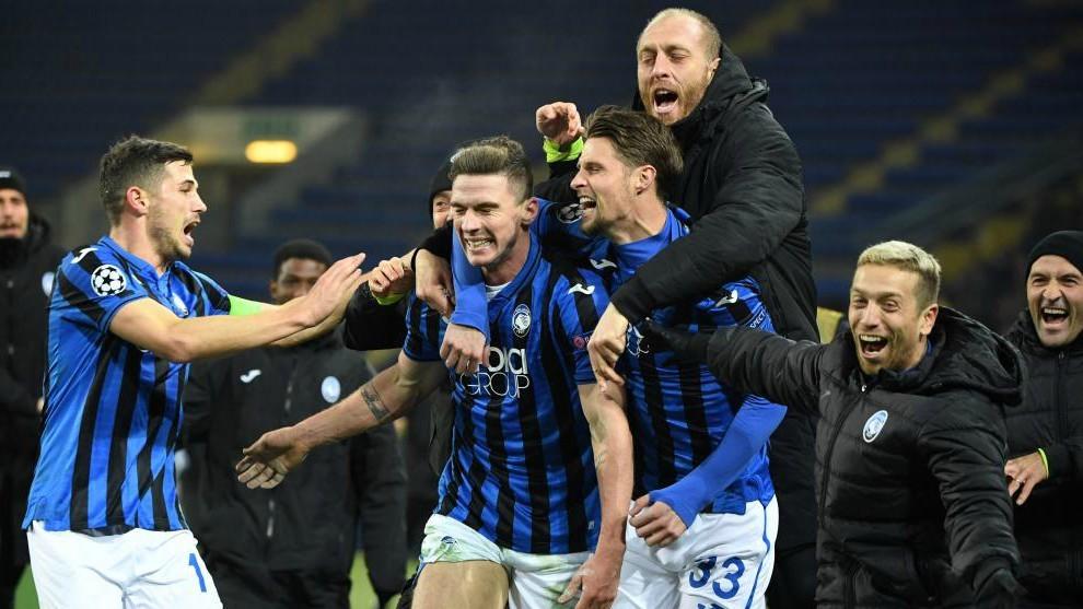 Los jugadores del Atalanta celebran su agónico pase a octavos en...