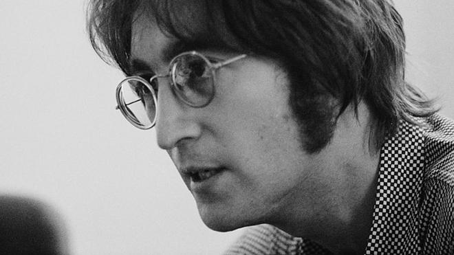 Subastan por casi 165.000 euros las gafas de John Lennon.