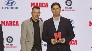 Aspas le entrega su premio a José Félix Vázquez, campeón de LaLIga...
