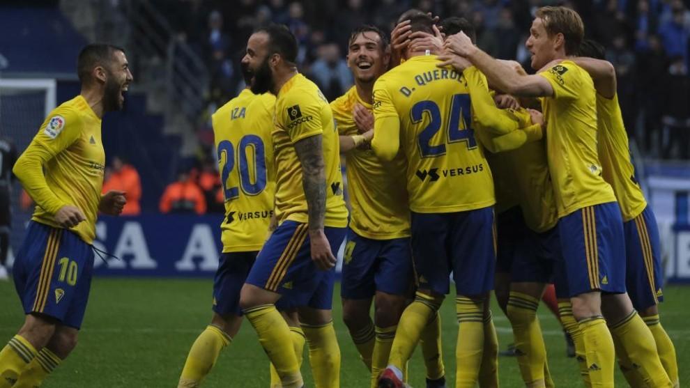 Los jugadores del Cádiz celebran uno de los dos goles conseguidos...
