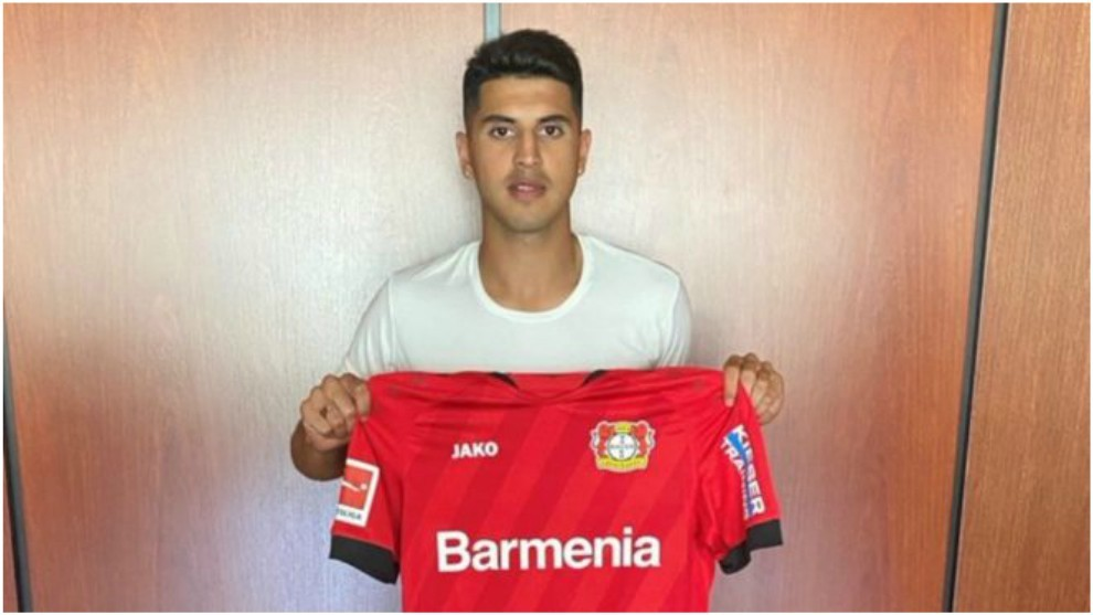 Exequiel Palacios posa con la camiseta del Bayer Leverkusen.