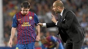 Pep Guardiola, dando instrucciones a Messi en el Barça.