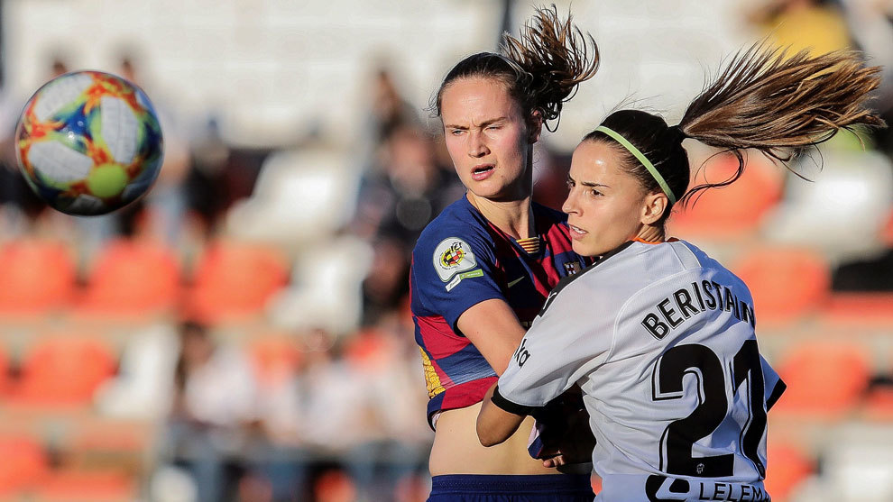 Caroline Hansen y Naiara Beristain pugnan por un balón durante el...