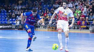 Adolfo golpea el balón ante la presencia de Marc Tolrá.