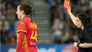 La árbitro Julie Bonventura muestra la tarjeta roja a Ainhoa...